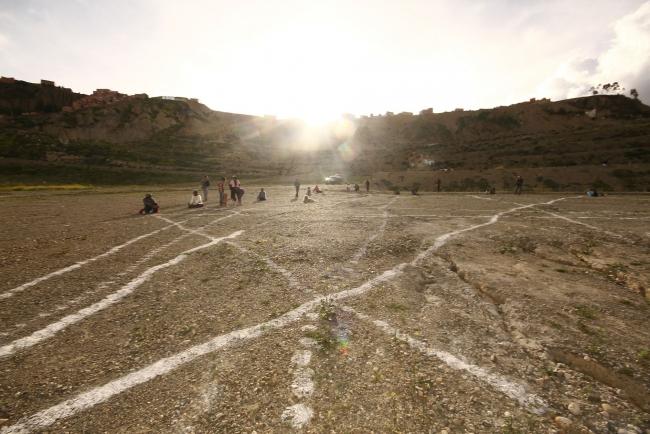 Aldair Indra con Yhomara Muñoz-Memorias de la tierra-Intervención Urbana Land Art | Ir a la ficha del Artista 'Aldair Indra'
