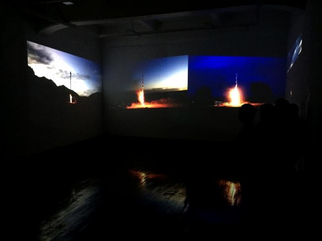 Aldair Indra-Amarrar a los ceros-Videoinstalación-800 mts de gasa- | Ir a la ficha del Artista 'Aldair Indra'