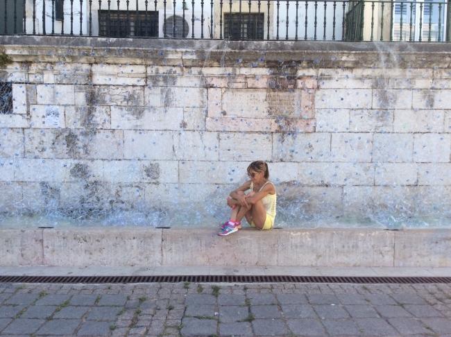Instalation H2O license to kill made with water bootles. | Ir a la ficha del Artista 'Eduarda Costa Ferraz'