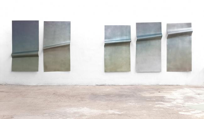 Stiffness _ 2016 _ UV print and manipulated aluminium _ 191x694x23cm. Cortesía de Inma Femenía