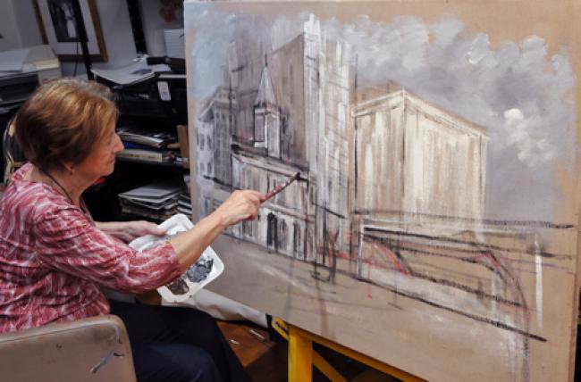 """A artista Nilda Luz trabalhando em sua casa-ateliê. """"Pintura para mim é vida"""", diz a artista.. Imagen cortesía Gabinete MATIAS J RIBEIRO"""