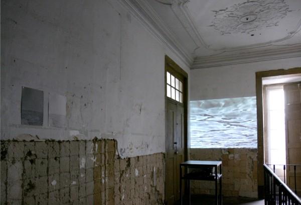 Vista instalación del proyecto de Slowtrack Antes del Océano, no somos extranjeros en Carpe Diem Arte e Pesquisa, Lisboa.